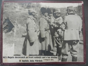Regele decorand soldati