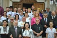 alături de credincioși, în fața Bisericii Ortotoxe Gârbău
