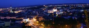 Vedere panoramică noaptea, cu vedere spre Biserica Sf. Mihail